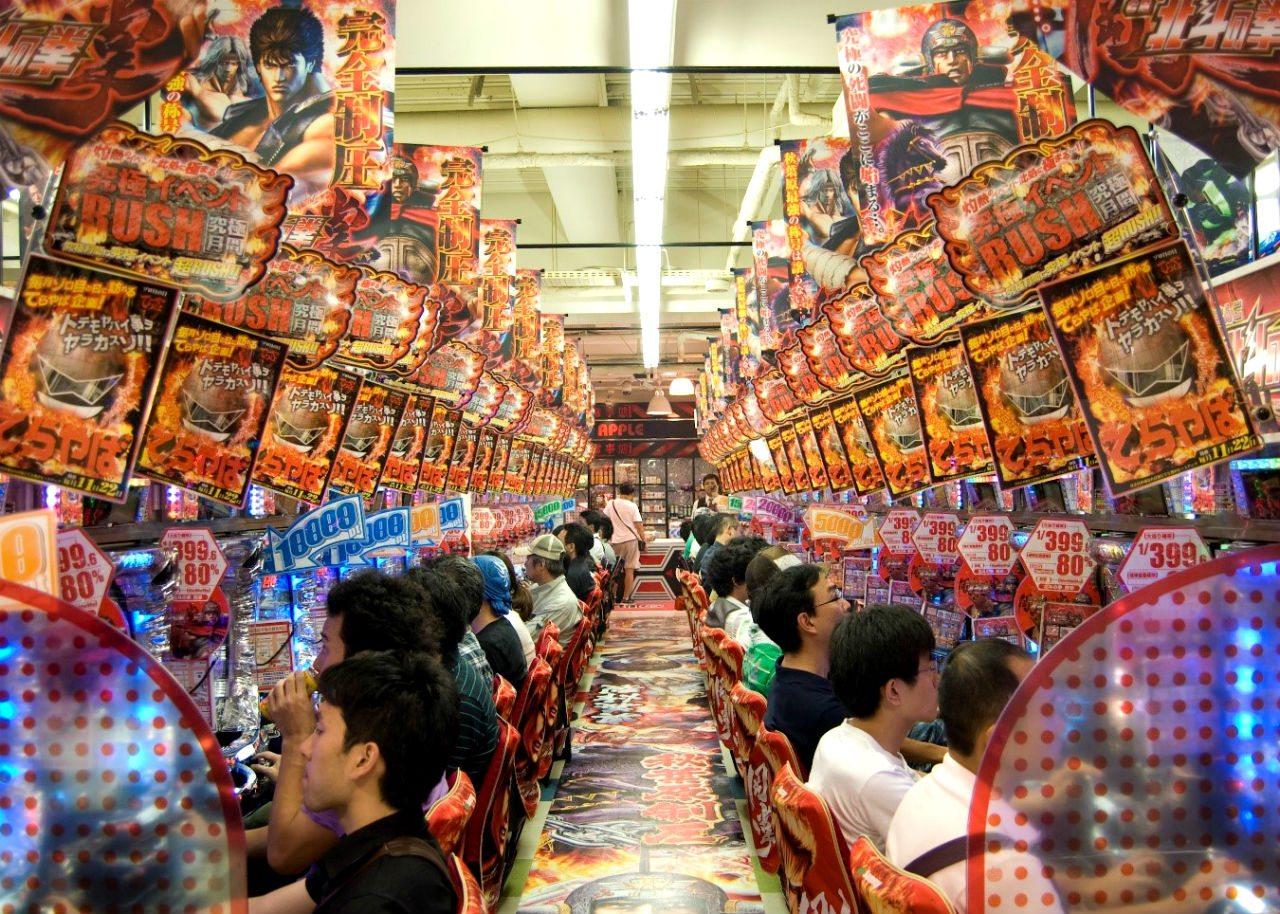 Japoneses jugando en Pachinkos. (Foto: wikimedia.org)