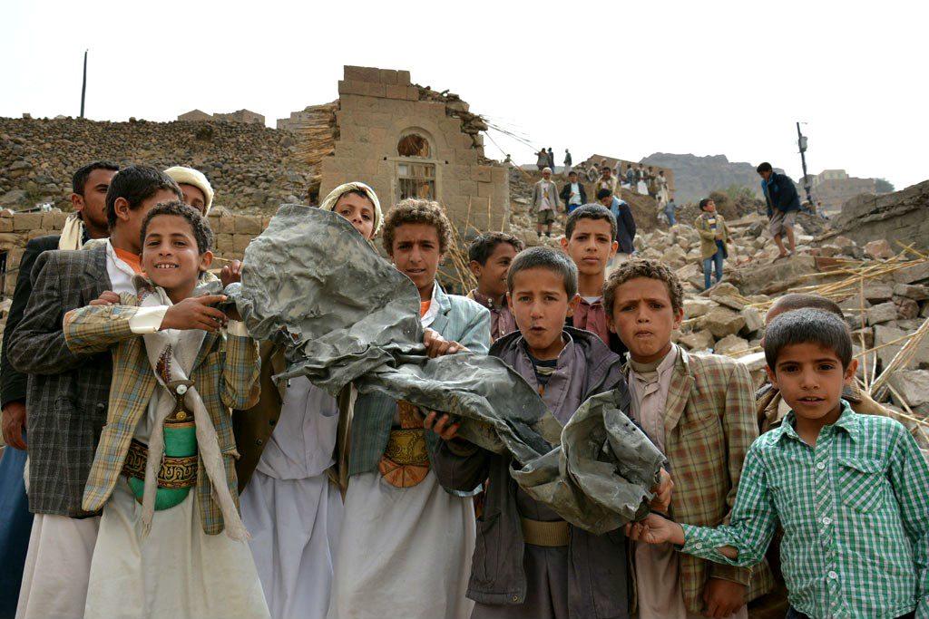 Niños cargan pedazo de metal retorcido tras bombardeo en Yemen. (Foto: un.org)