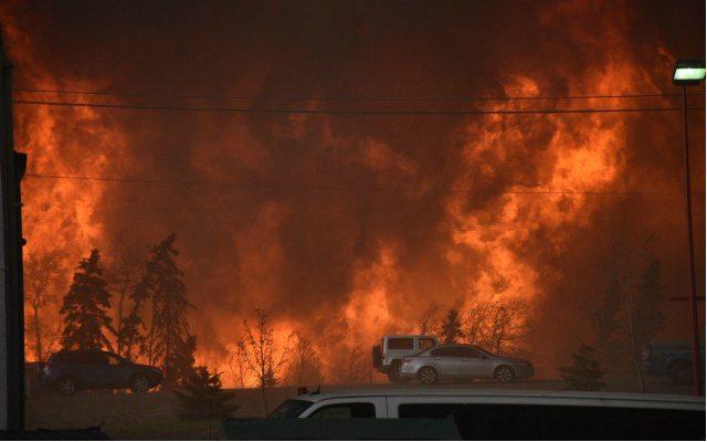 Incendio en Canadá y conflictos aumentan precios de crudo