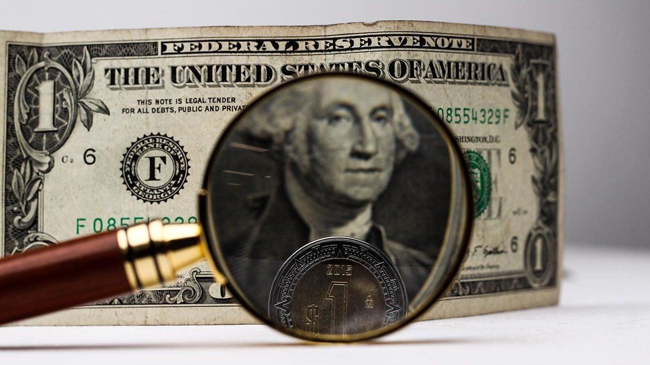 Peso golpea a un dólar debilitado por inflación y la Fed