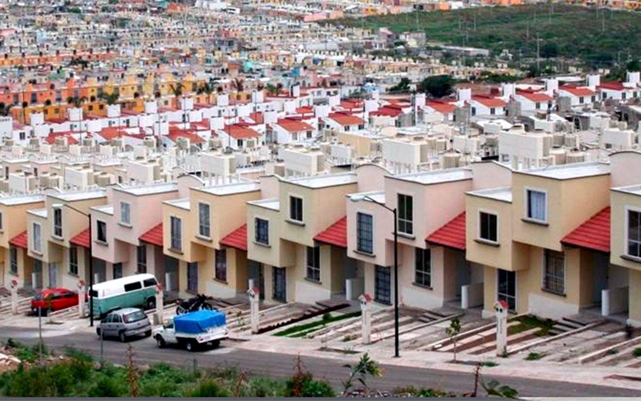 AMLO propone al Infonavit reestructurar créditos para evitar desalojos