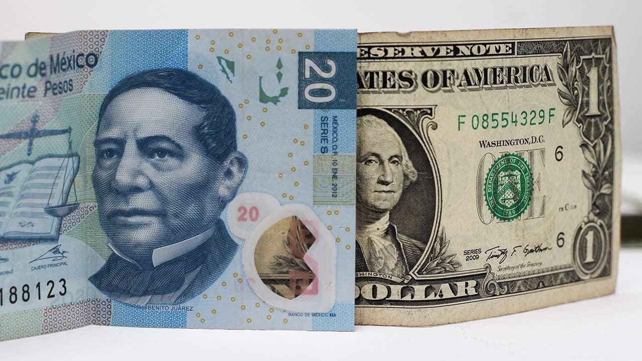 Peso toca su menor nivel en 16 meses; dólar cierra en 20.75