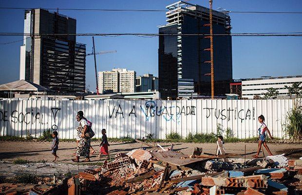 Brasileños hacen fila para conseguir vacunas contra la fiebre amarilla