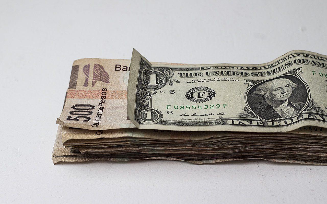 Peso devuelve golpe al dólar tras anuncio de Banxico