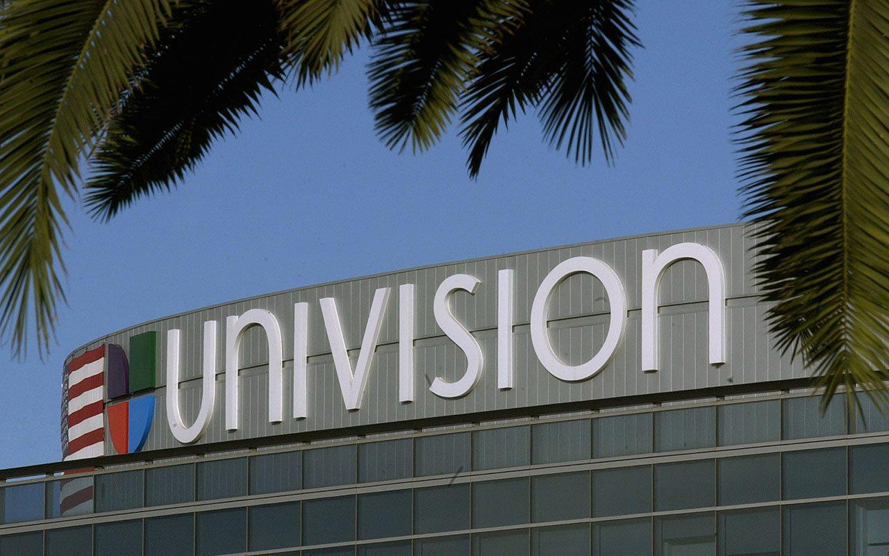 Univision analiza opciones que incluyen una venta: WSJ