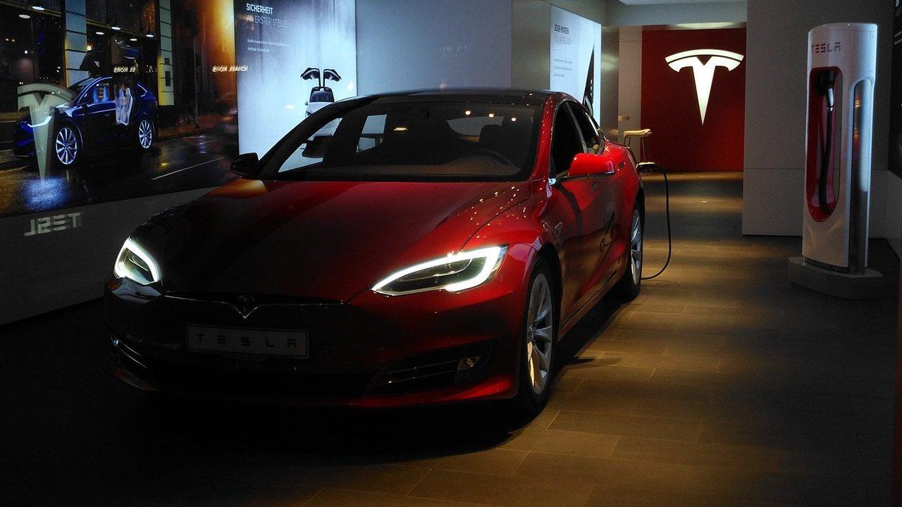Tesla, cerca de ganar 50,000 mdd en bolsa por entregas récord de autos