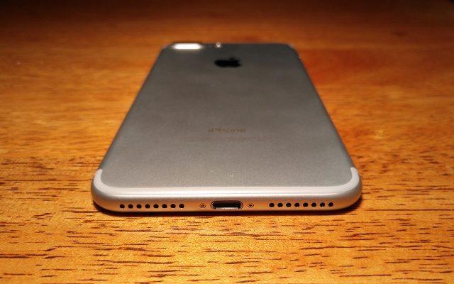 Eliminar el jack de 3.5 mm para los audífonos permitió a Apple dar más espacio a la batería, mejorar el sonido y hacerlo resistente al agua. El puerto sigue siendo lightning, a pesar de que el USB-C ha demostrado su eficacia y potencial.