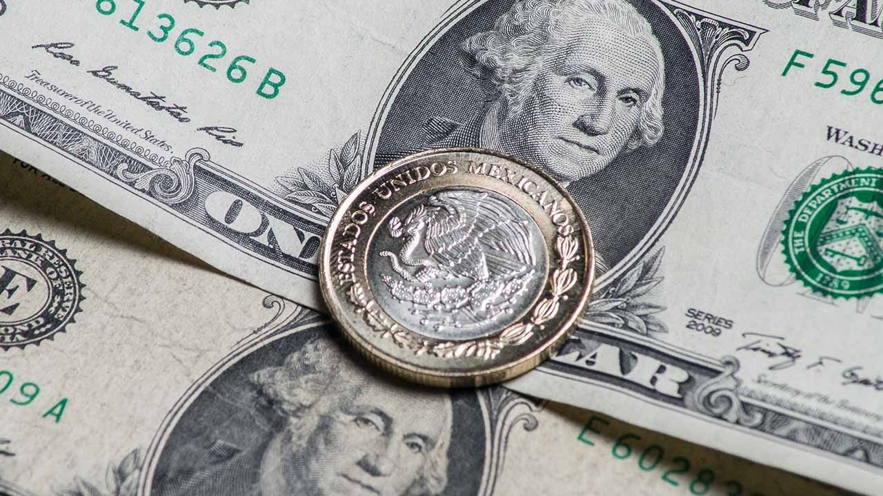 Peso sube levemente; dólar perfila primera ganancia semanal en un mes