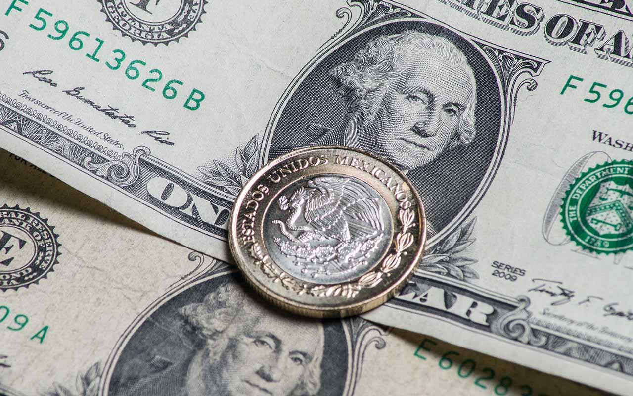 Dólar cierra en 22.42 pesos en bancos tras mensaje de Trump