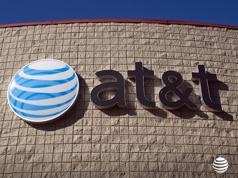 Acciones de AT&T y Time Warner se hunden tras anuncio de compra