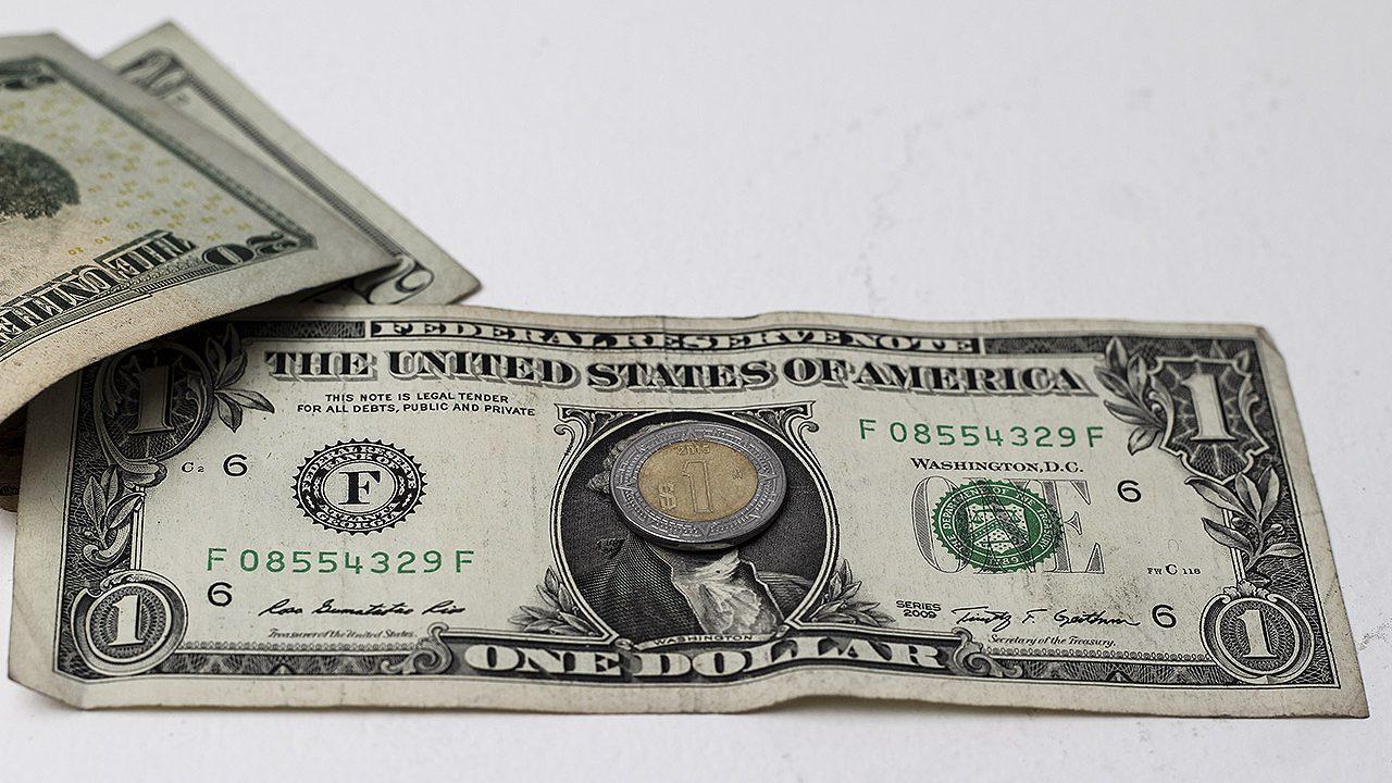 El peso cae a su nivel más débil del año ante un dólar fuerte