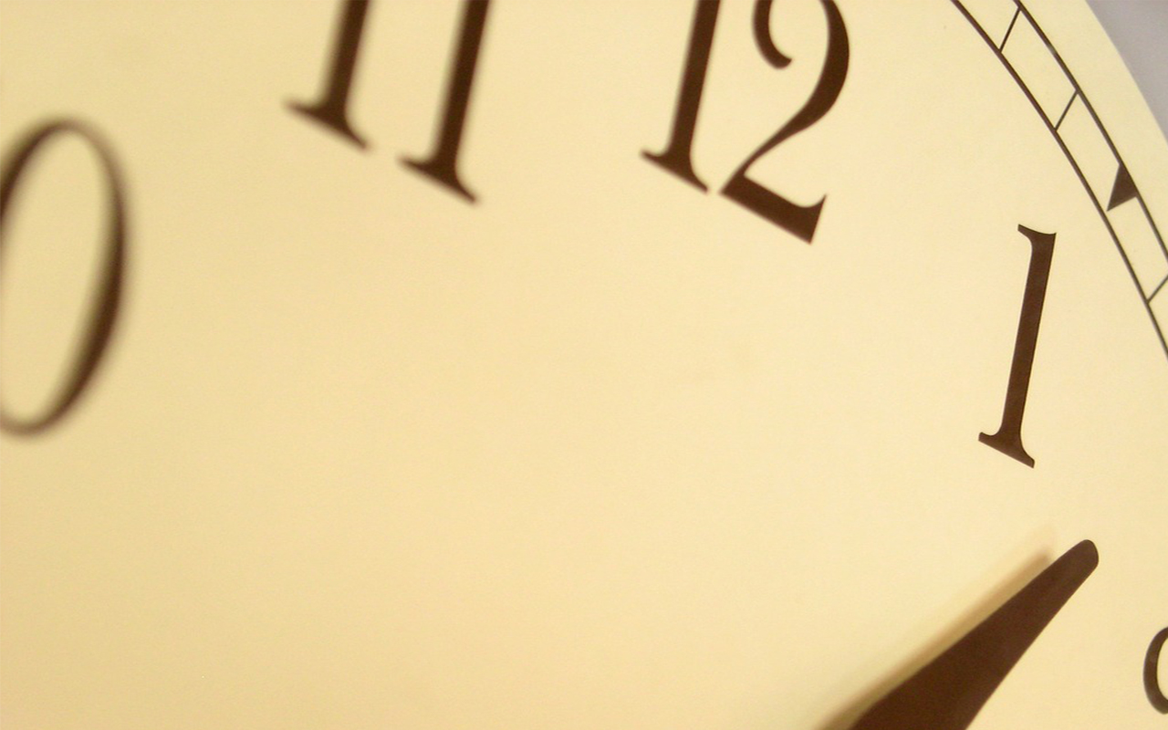 Los relojes que miden el tiempo sobre la mesa