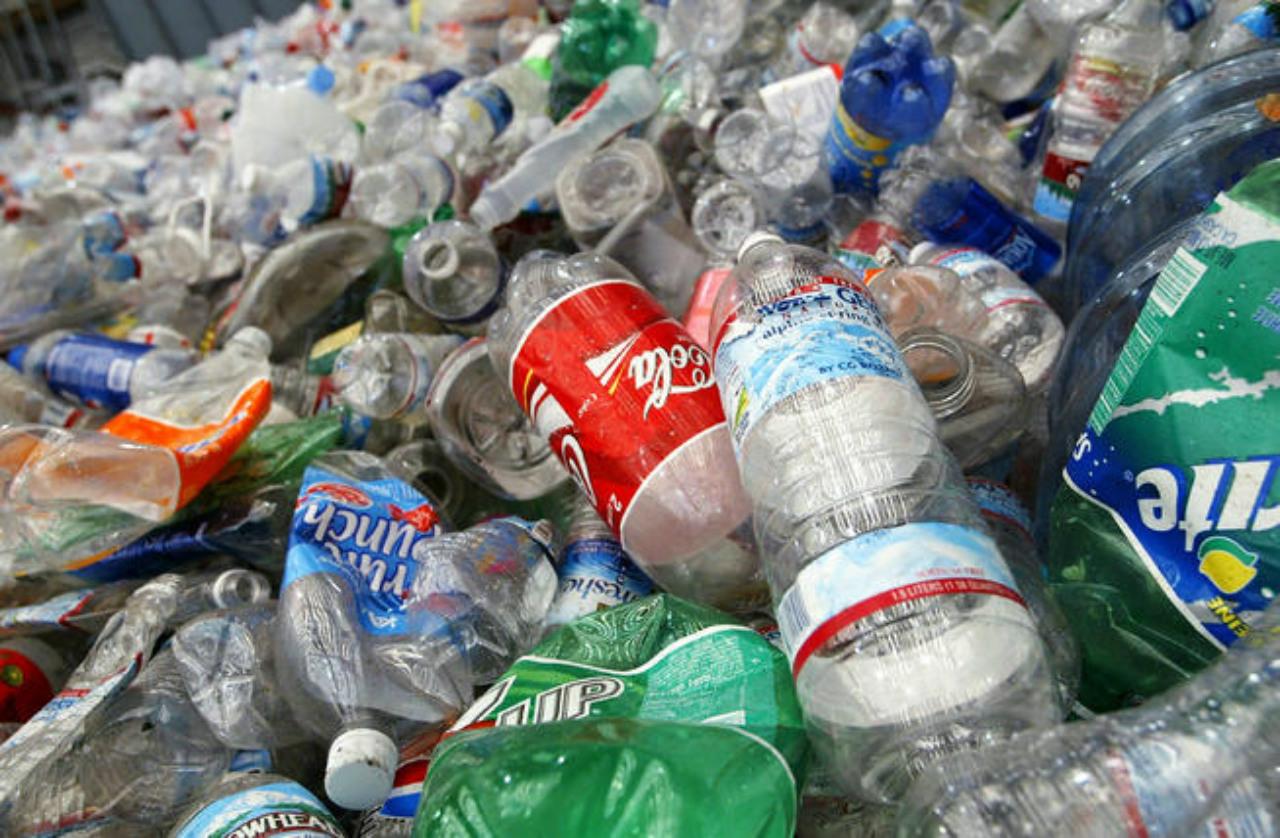 Corona busca eliminar el plástico de los océanos