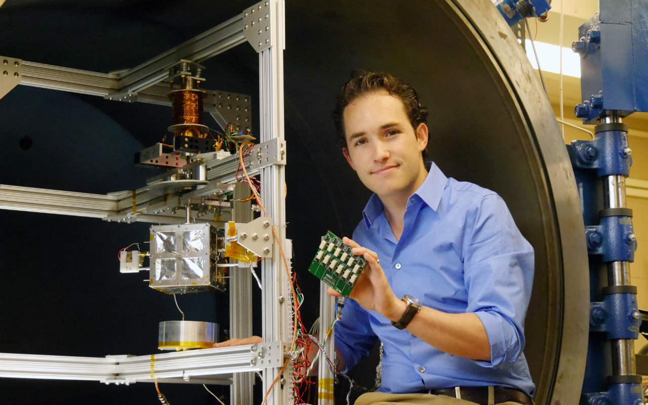 Fernando Mier-Hicks junto a su cámara que replica los peligros del espacio para satélites (Imagen: cortesía).