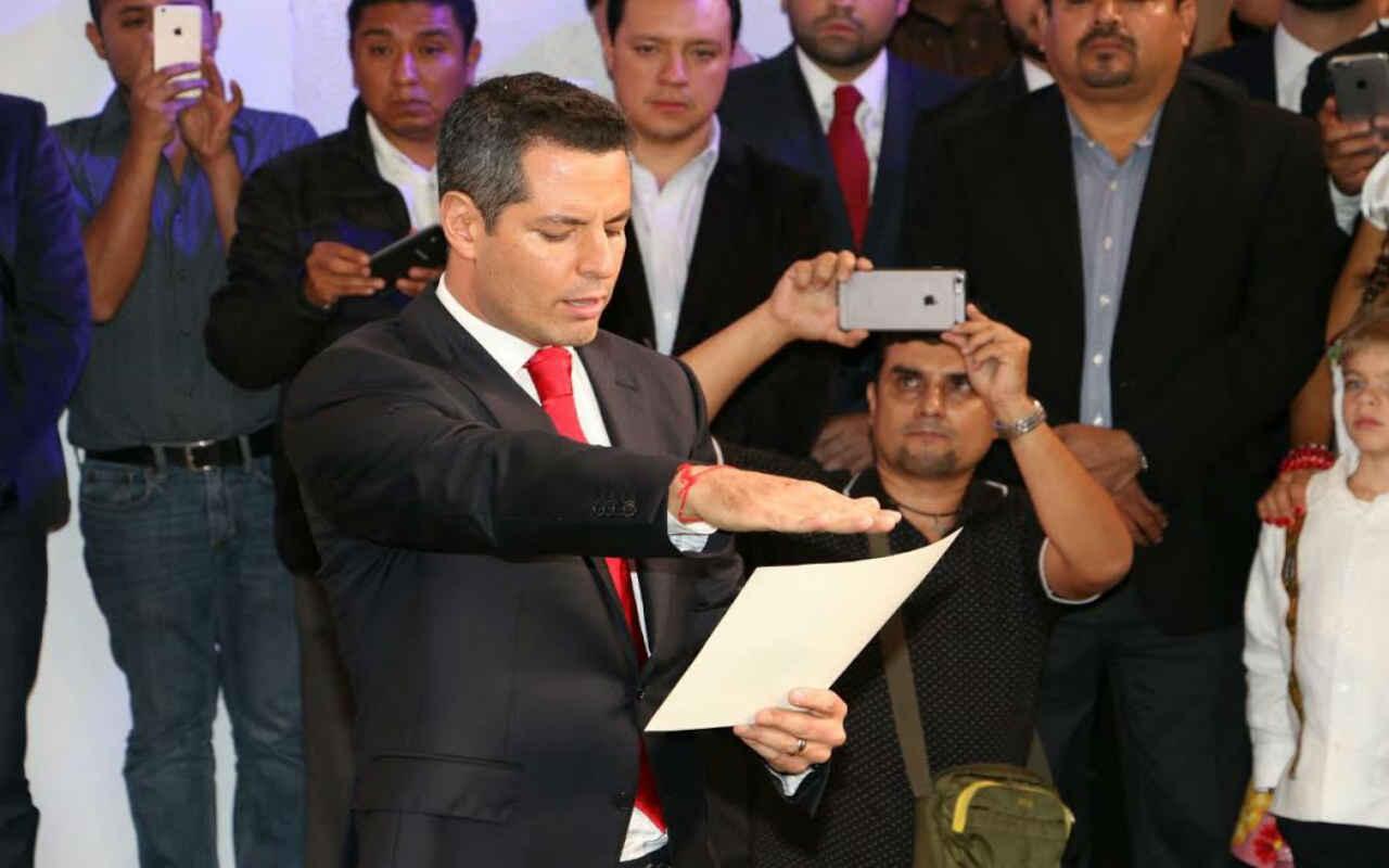Murat 'madruga' y rinde protesta como gobernador de Oaxaca