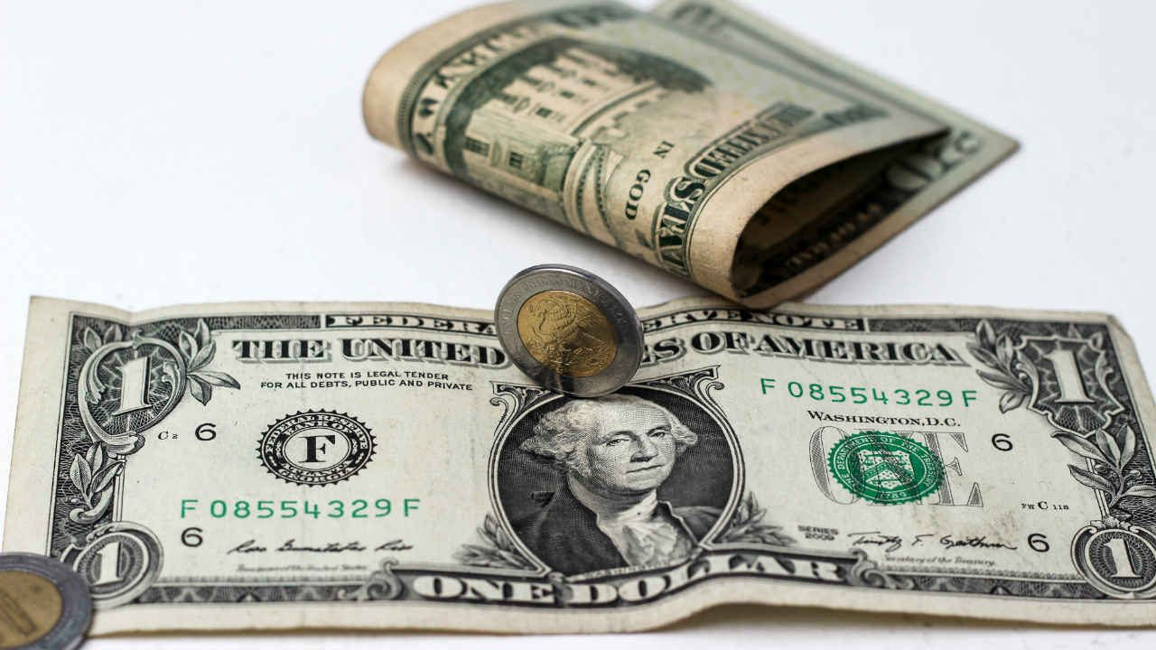 Peso avanza a mejor nivel en 2 semanas ante dólar débil