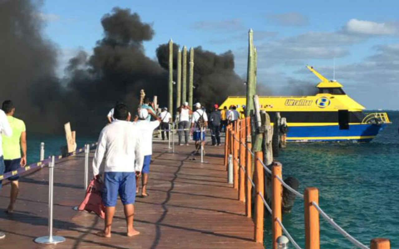 Se incendia ferry en la zona hotelera de Cancún