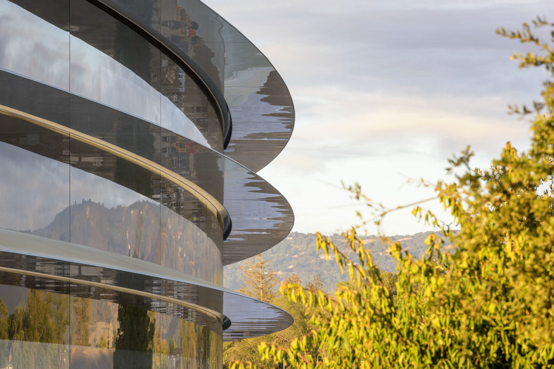 3 empleados se accidentan con las paredes de cristal en Apple Park