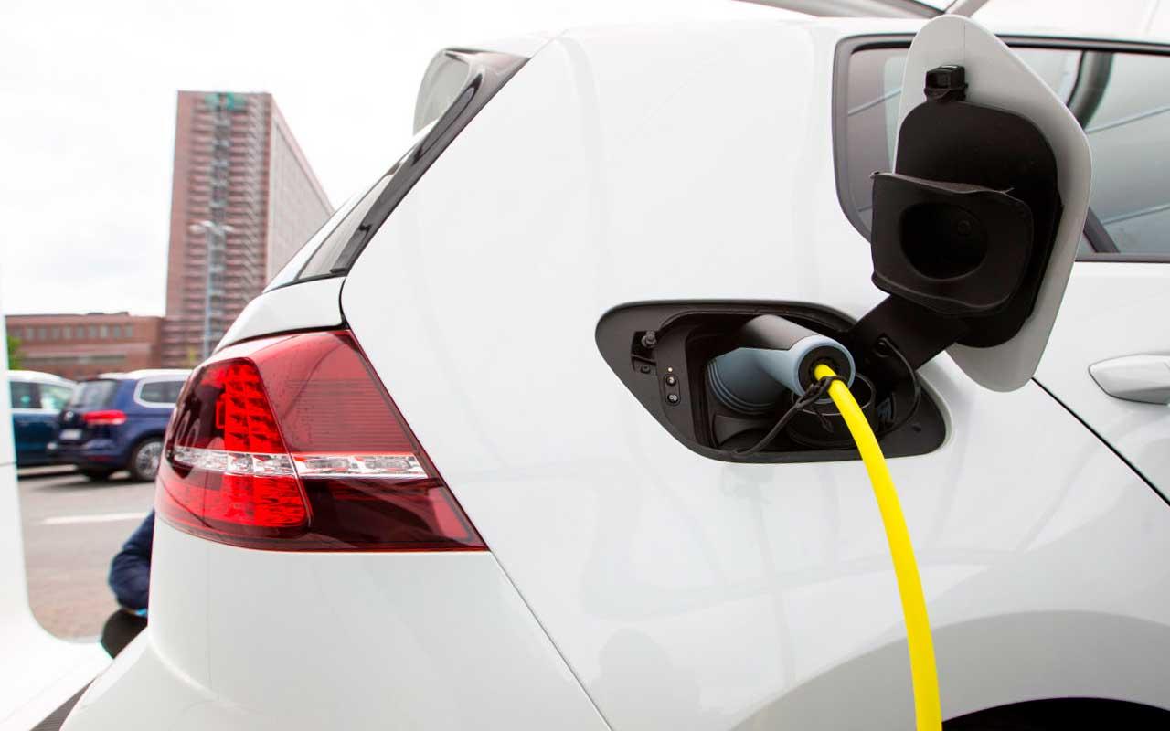 Venta de autos eléctricos e híbridos cae 26% en junio