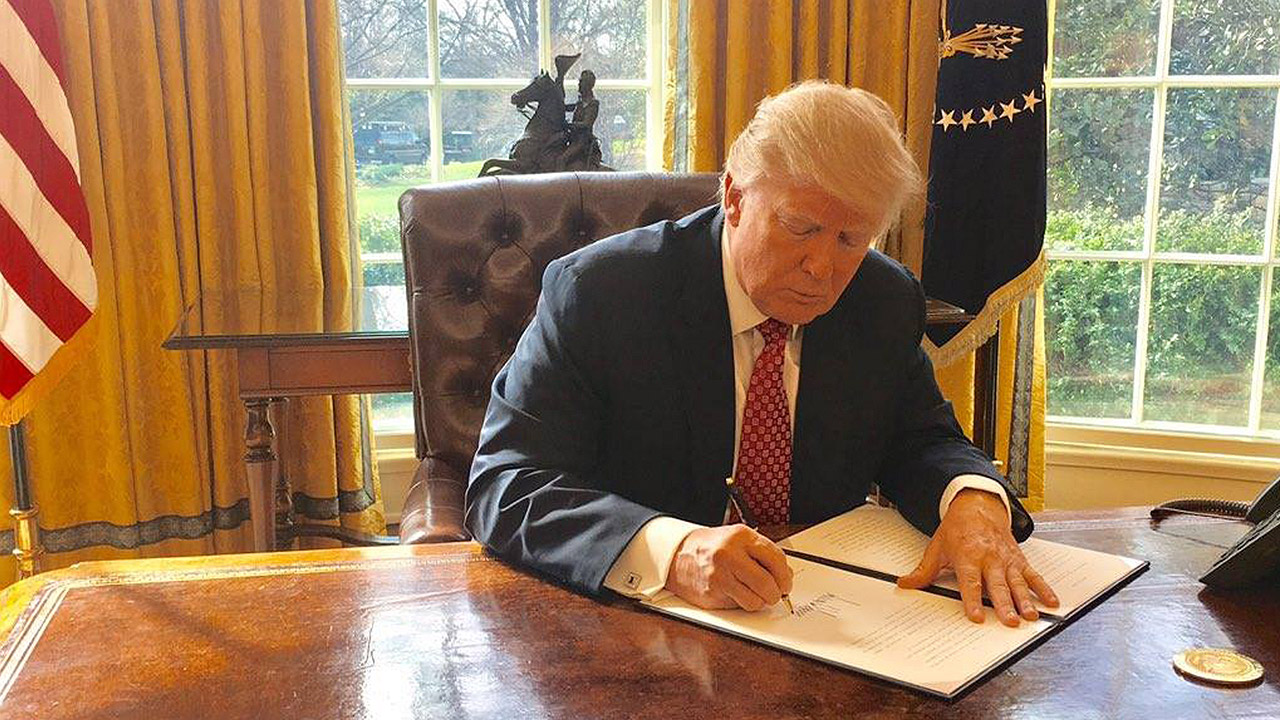 Trump firma nueva versión del veto migratorio que deja fuera a Irak