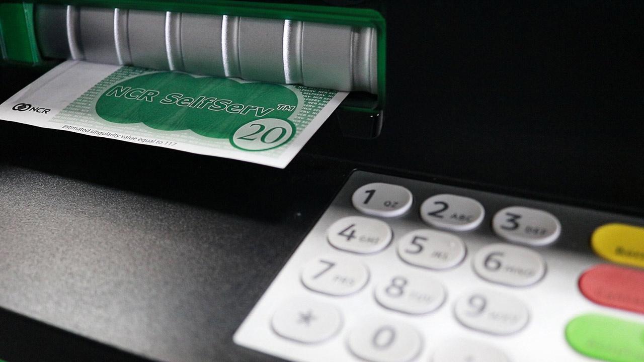 Los bancos que cobran más comisiones por utilizar sus cajeros
