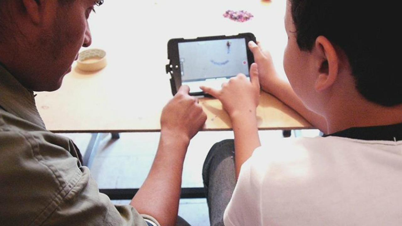 Uso excesivo de pantallas 'envejece' el cerebro de los niños