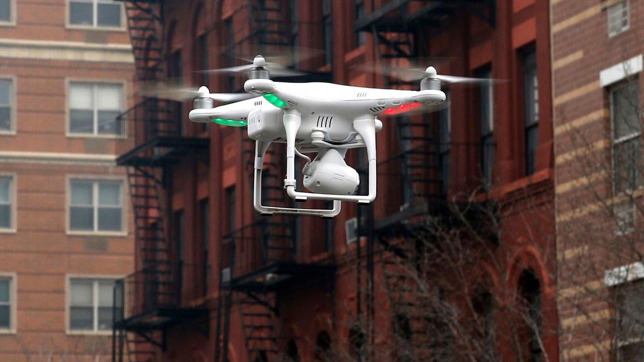 En EU pronto será legal volar drones en la noche y sobre personas