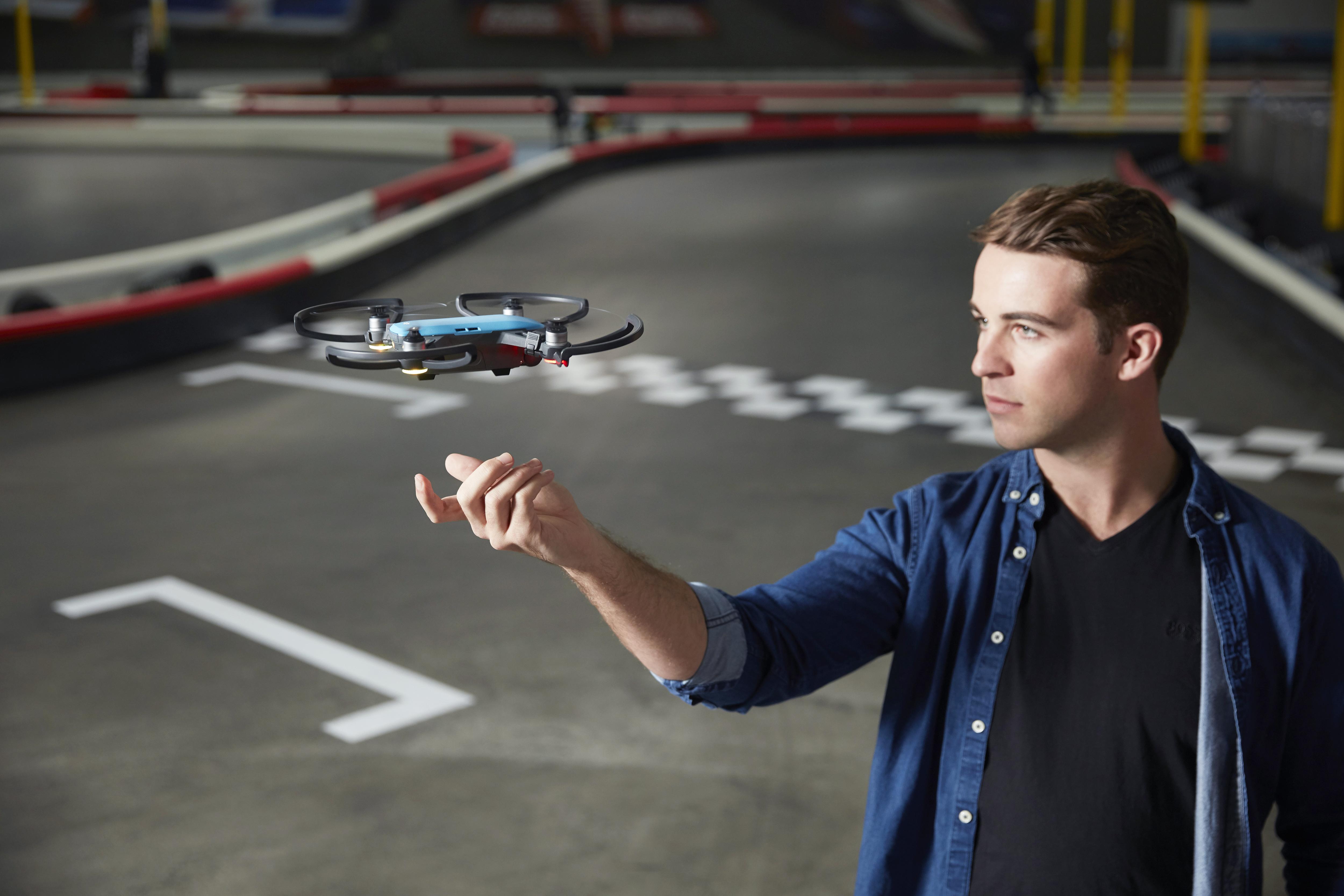 Este es el primer dron que puedes manejar con tus gestos