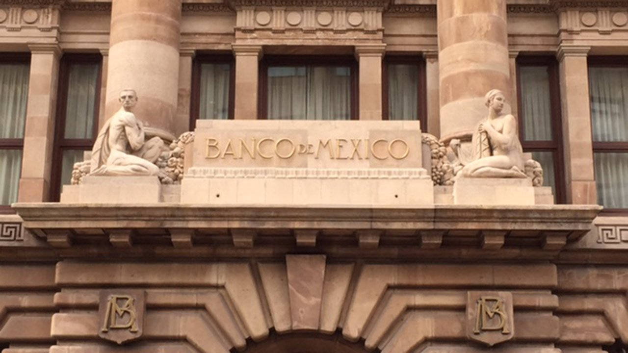 Banxico le da malas noticias a AMLO: baja previsión del PIB para su primer año