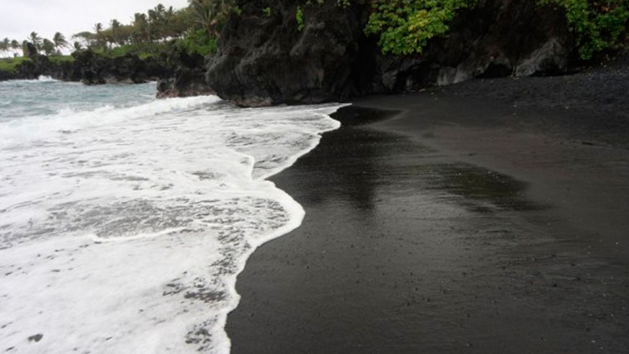 7 playas que presumen arena negra