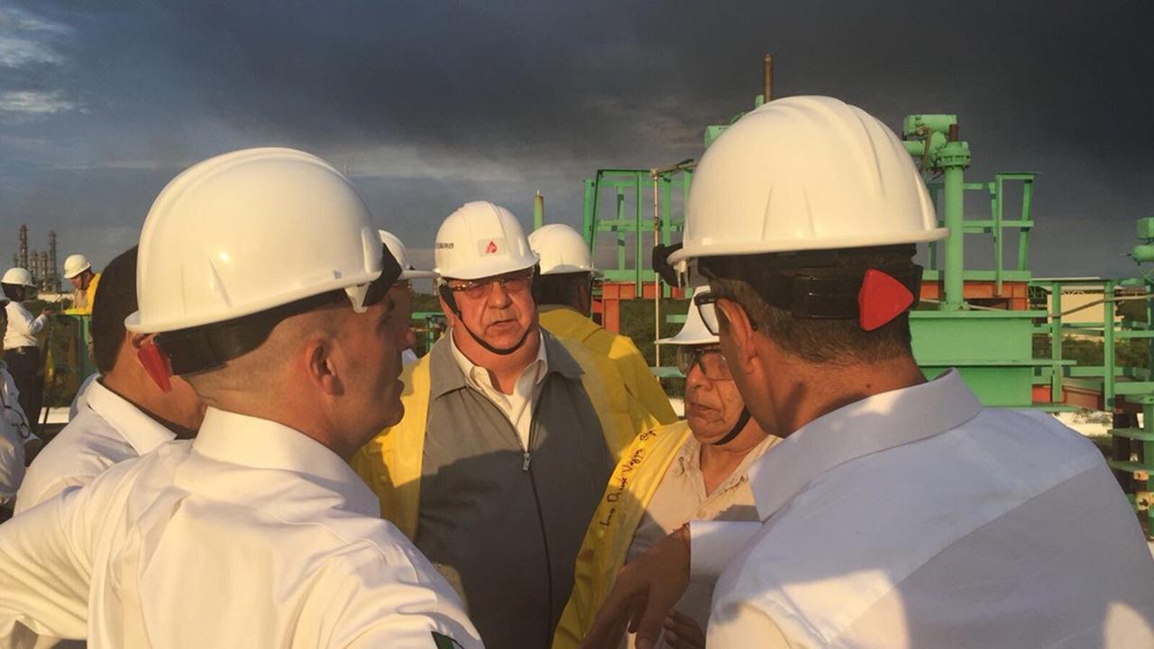 Pemex reduce incendio en refinería; muere un bombero