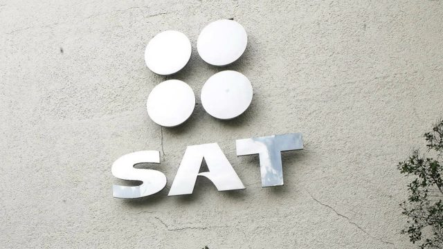 SAT reclama impuestos Walmart