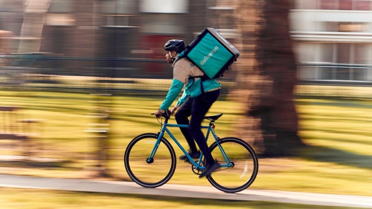 Amazon quiere entregar comidas: compra parte de Deliveroo