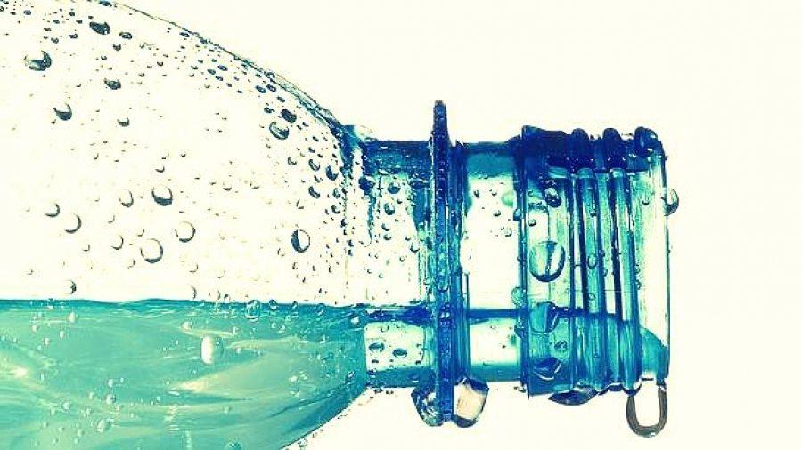 Agua embotellada, el negocio multimillonario que México no necesita