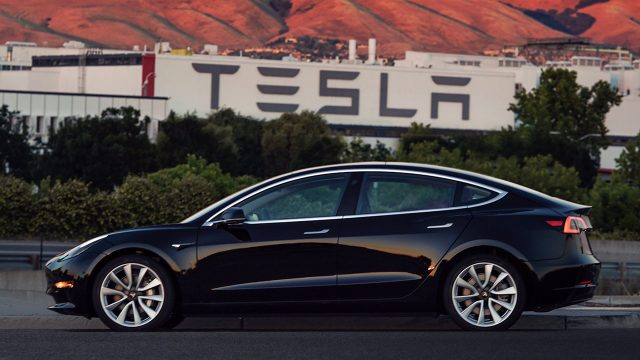 Modelo 3-Tesla Elon Musk pode ser visto no vídeo