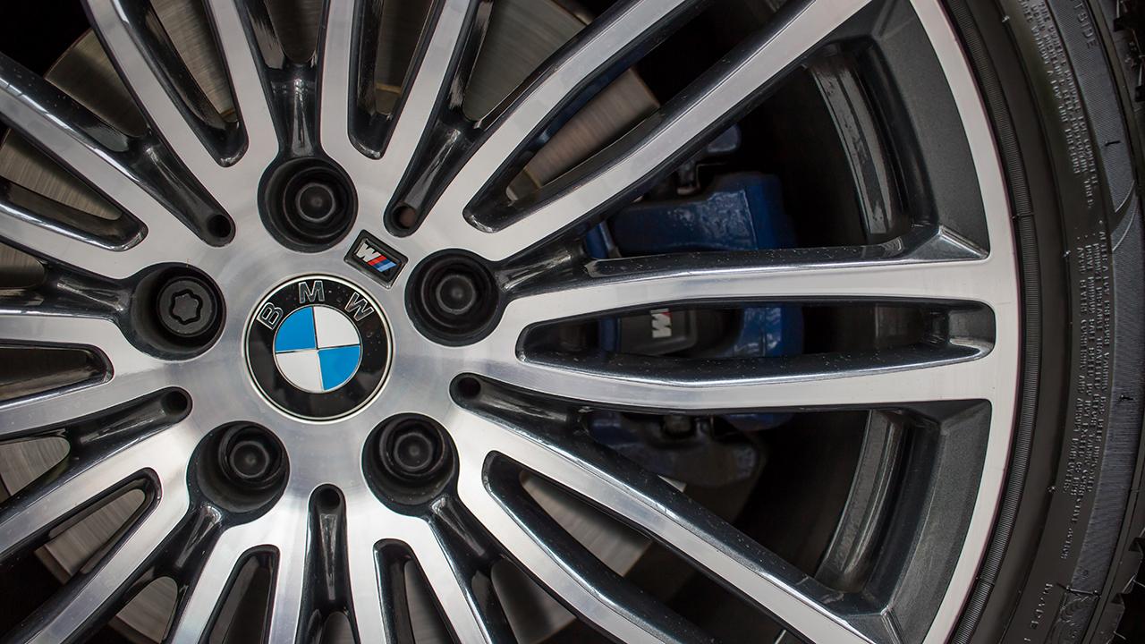 BMW trolea a Mercedes Benz con un 'disfraz' de Halloween muy especial