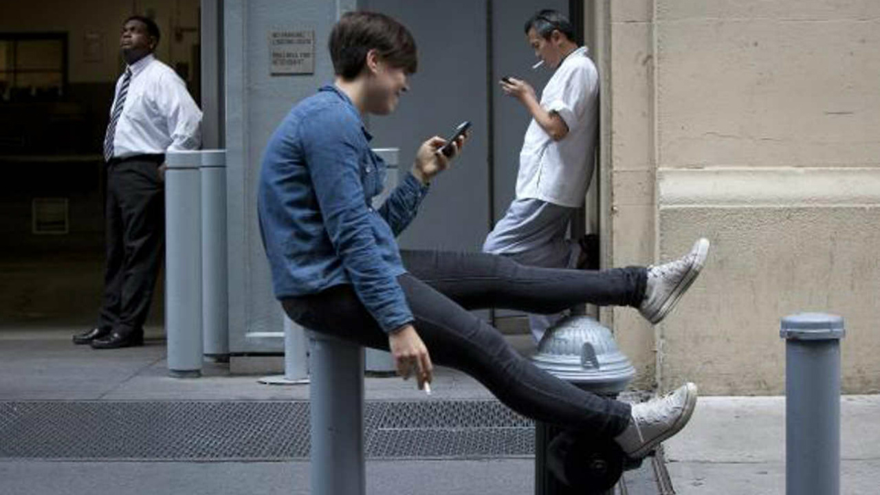 No eres el único: 72% de las personas utilizan su celular para evitar hablar con otros