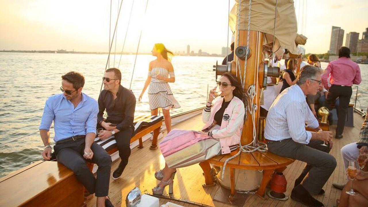 Esta embarcación lleva la experiencia de un exclusivo hotel de NY al mar