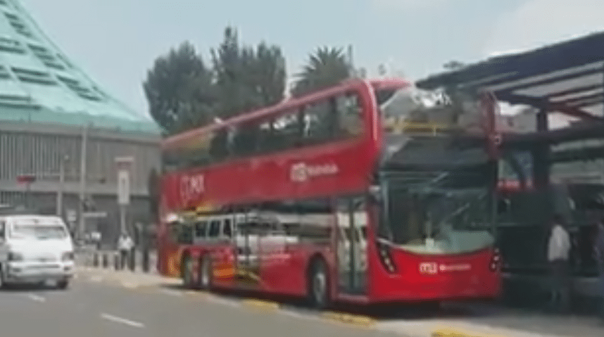 Metrobús de dos pisos destruye su techo con estructura de estación