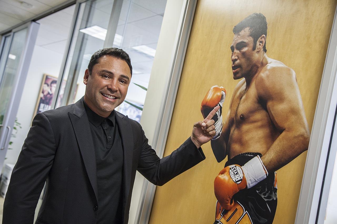 Oscar de la Hoya llama 'golpea mujeres' a Mayweather