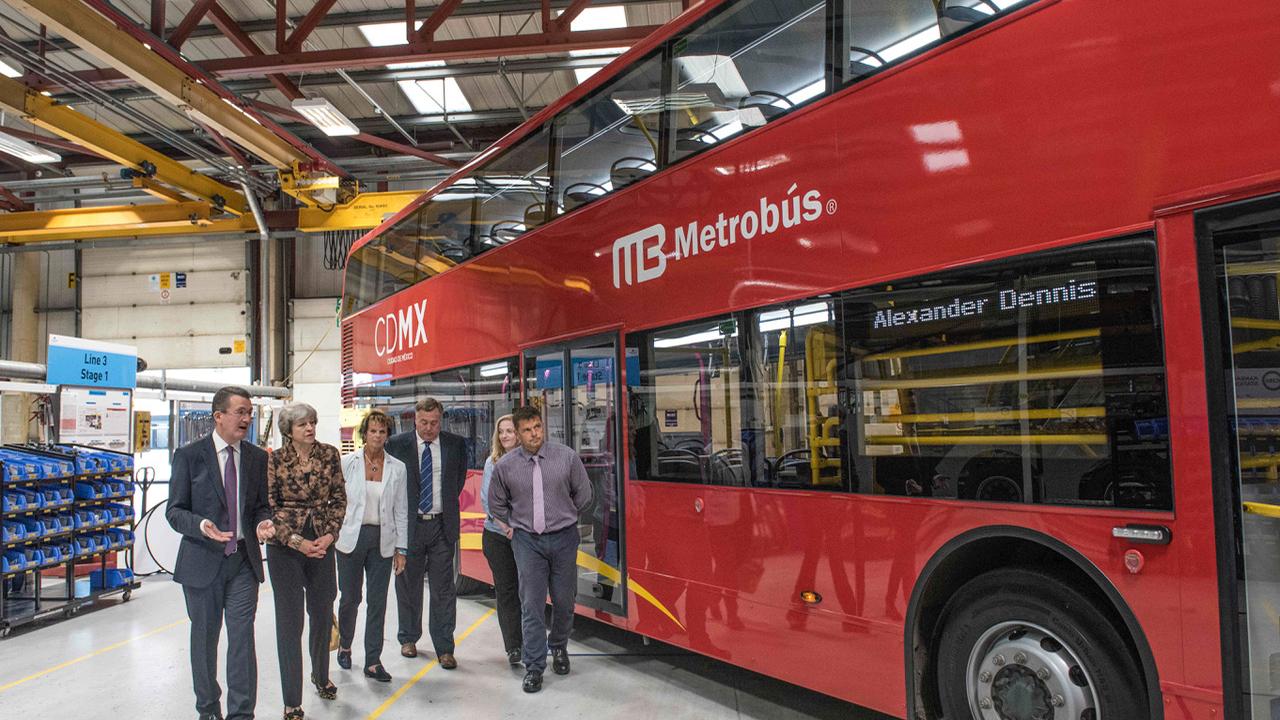 Primera Ministra de GB celebra venta de 90 unidades a Línea 7 del Metrobús
