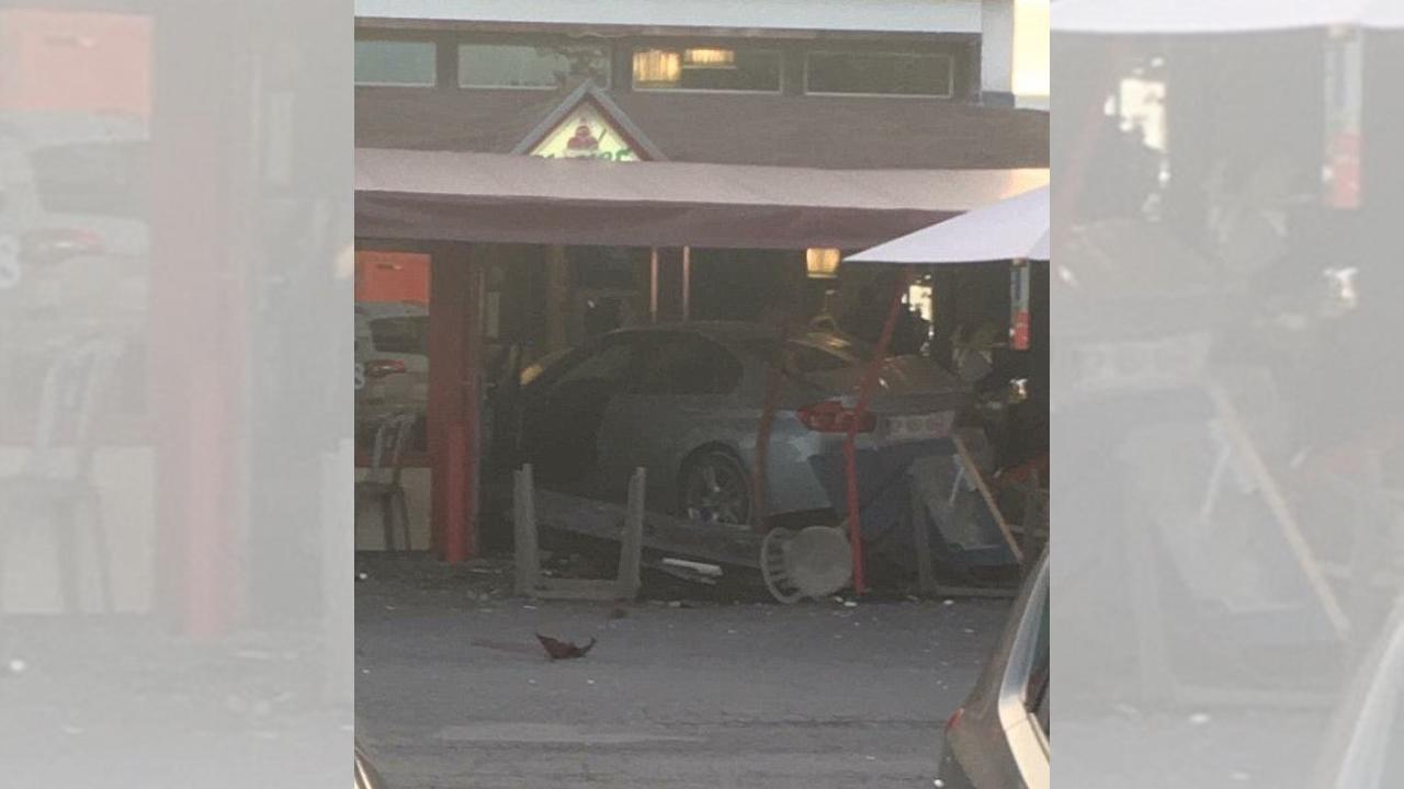 Auto se impacta en pizzería en París; mata a una niña