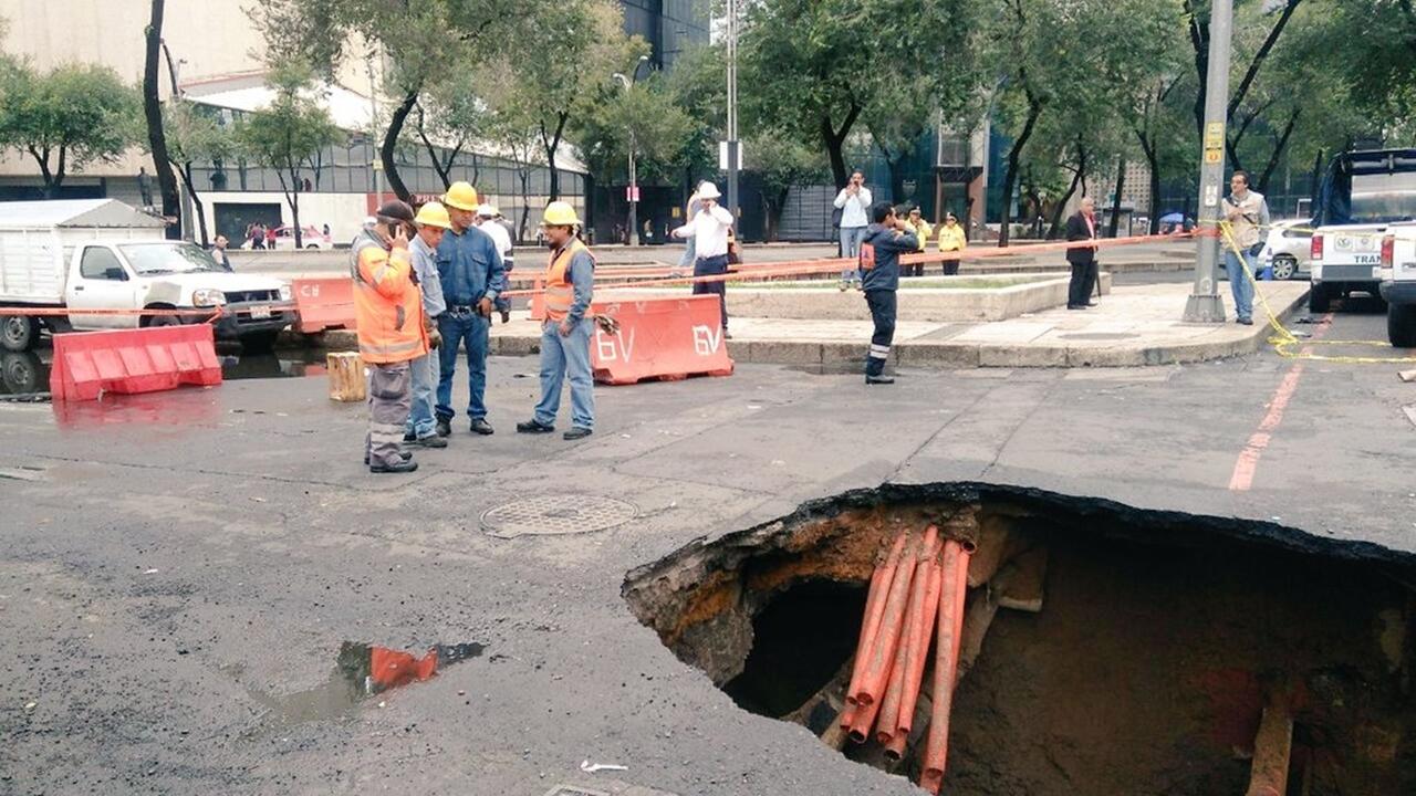 Se abre socavón en el centro de la Ciudad de México