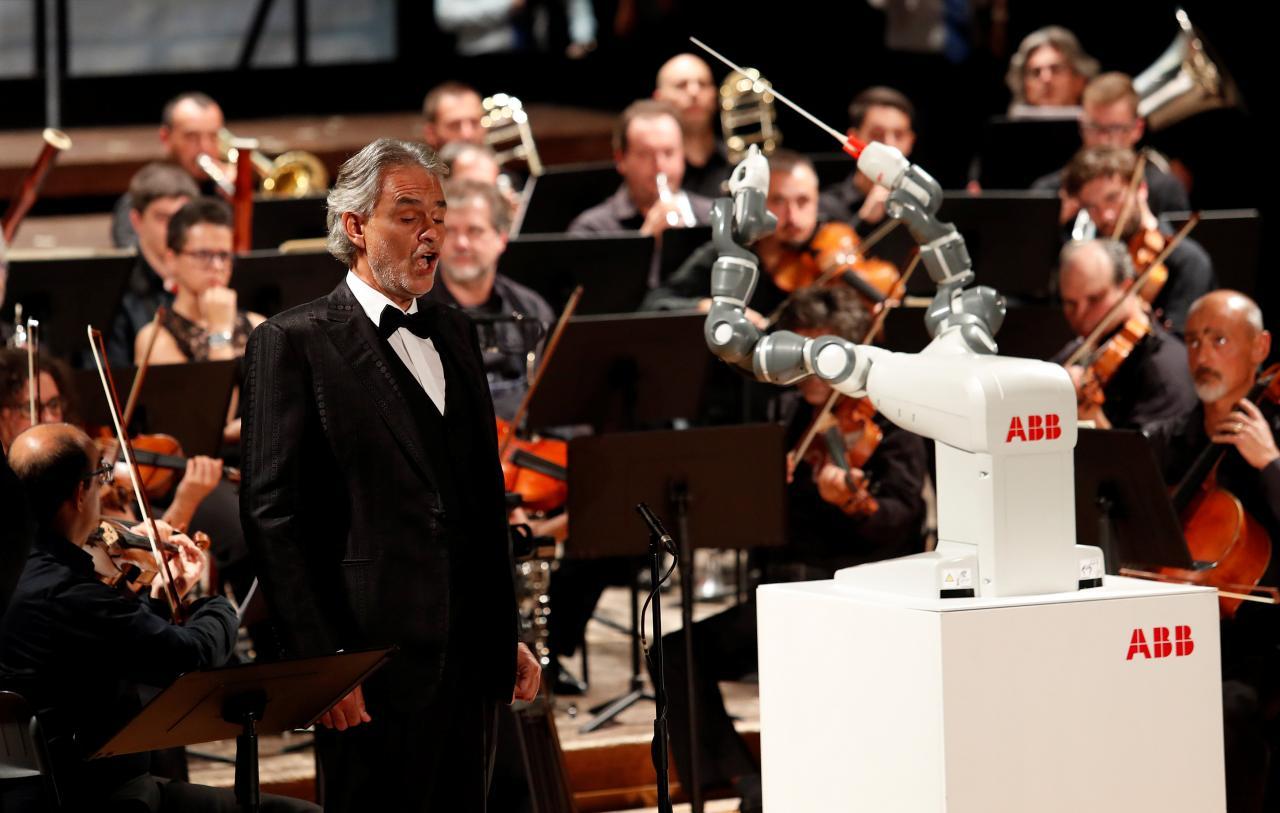 El robot que acompañó en una gala a Andrea Bocelli