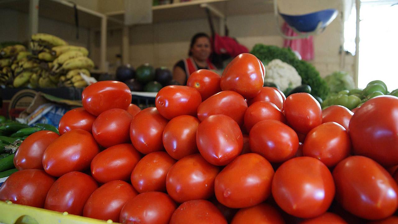 Inflación baja en febrero gracias al jitomate