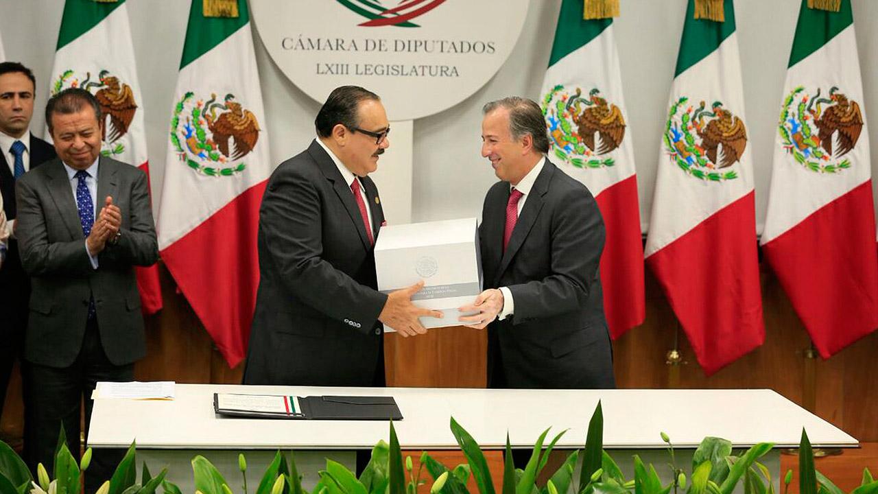 Meade entrega el Paquete Económico 2018 a diputados