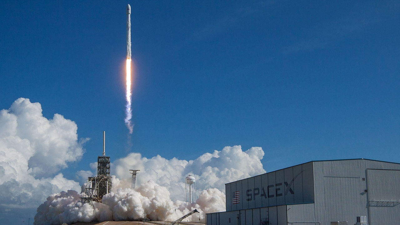 SpaceX lanza 2 satélites para su servicio mundial de internet