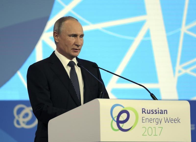 Putin prevé que recorte a producción petrolera continúe hasta fines de 2018