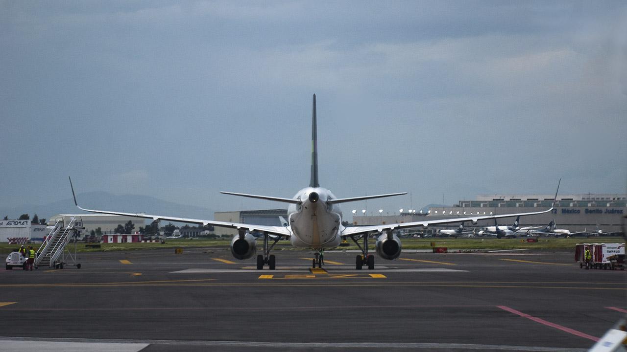 Falla en avión genera demoras en vuelos en el AICM