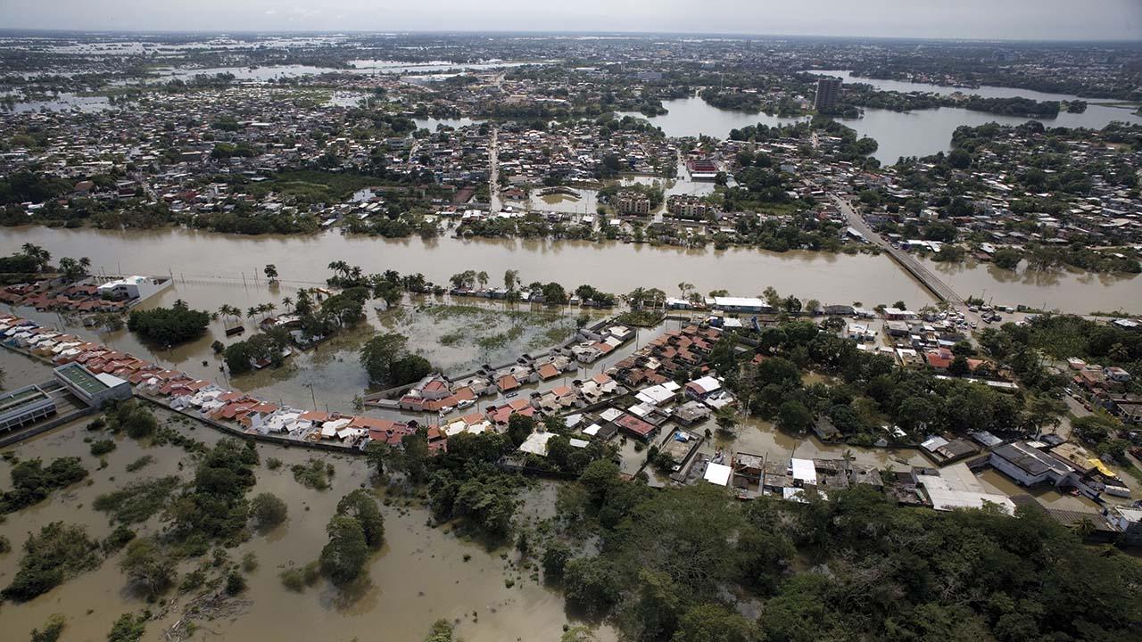 AMLO suspende gira por crisis de inundaciones en Tabasco